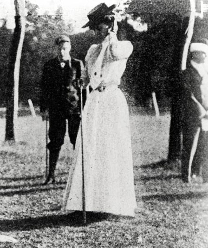 800px-Margaret-abbott-gold-medal-1900-golf